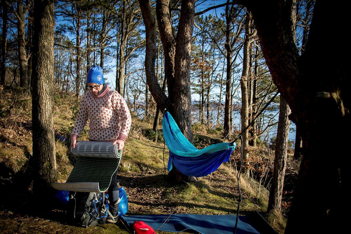 Et godt liggeunderlag er godt og isolerende å ha i hengekøya, gjerne med en varm skinnfelle på toppen.