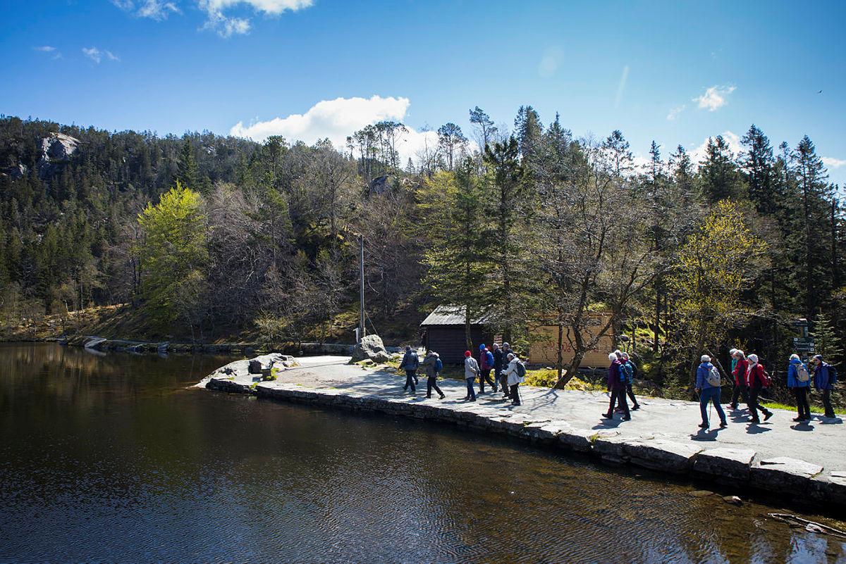 Aktiv til 100 på tur til Åsebu på Fløyen. Første tur siden tilbudet ble stengt i midten av mars 2020 pga korona.