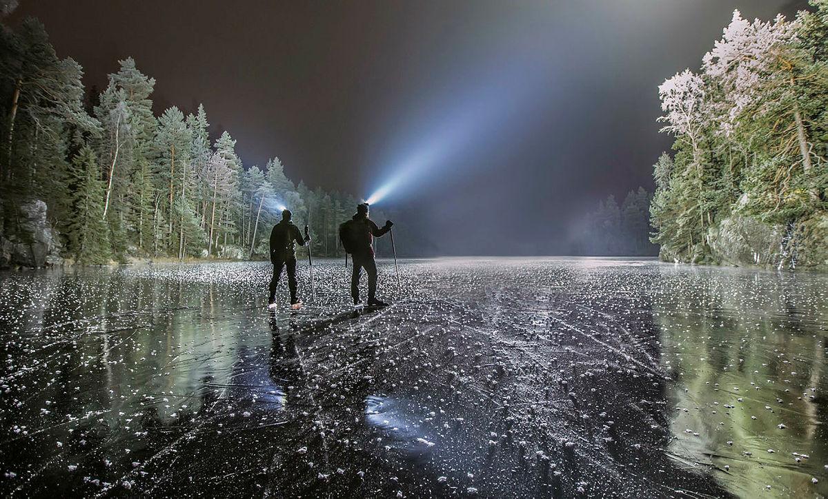 Skøyteløpere på Søndre Krokvann i Østmarka. For meg er det ikke skikkelig høst før jeg får gått på turskøyter på speilblank stålis i Oslomarka. Sesongen kan være kort så det gjelder å være rask når isen er blitt tykk nok.