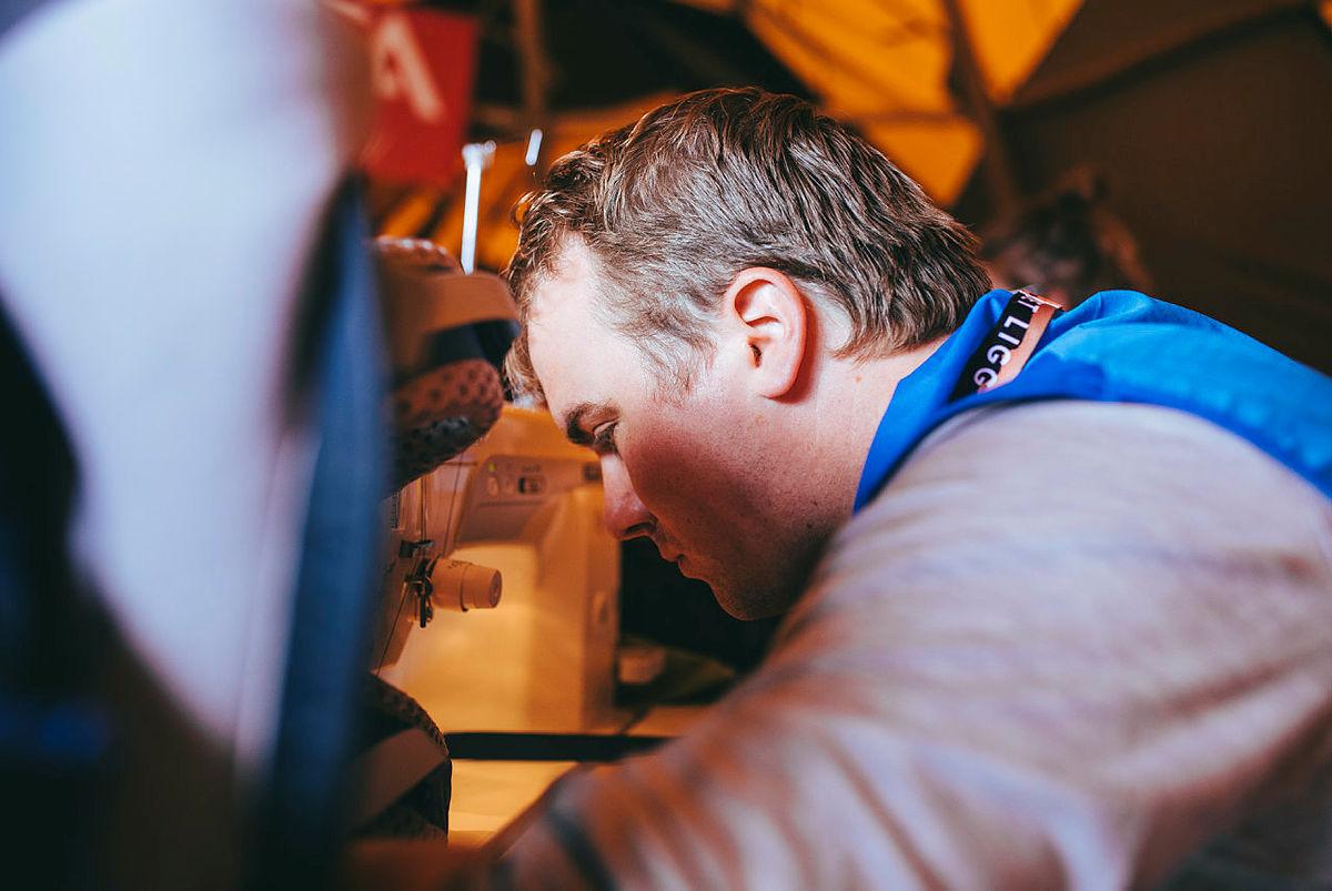 Hans-Martin Erlandsen meiner rundt 300 personar har vore innom for å reparere utstyr. At han kan hjelpe med å gi nytt liv til klede og liknande, det er noko han synest er gøy.