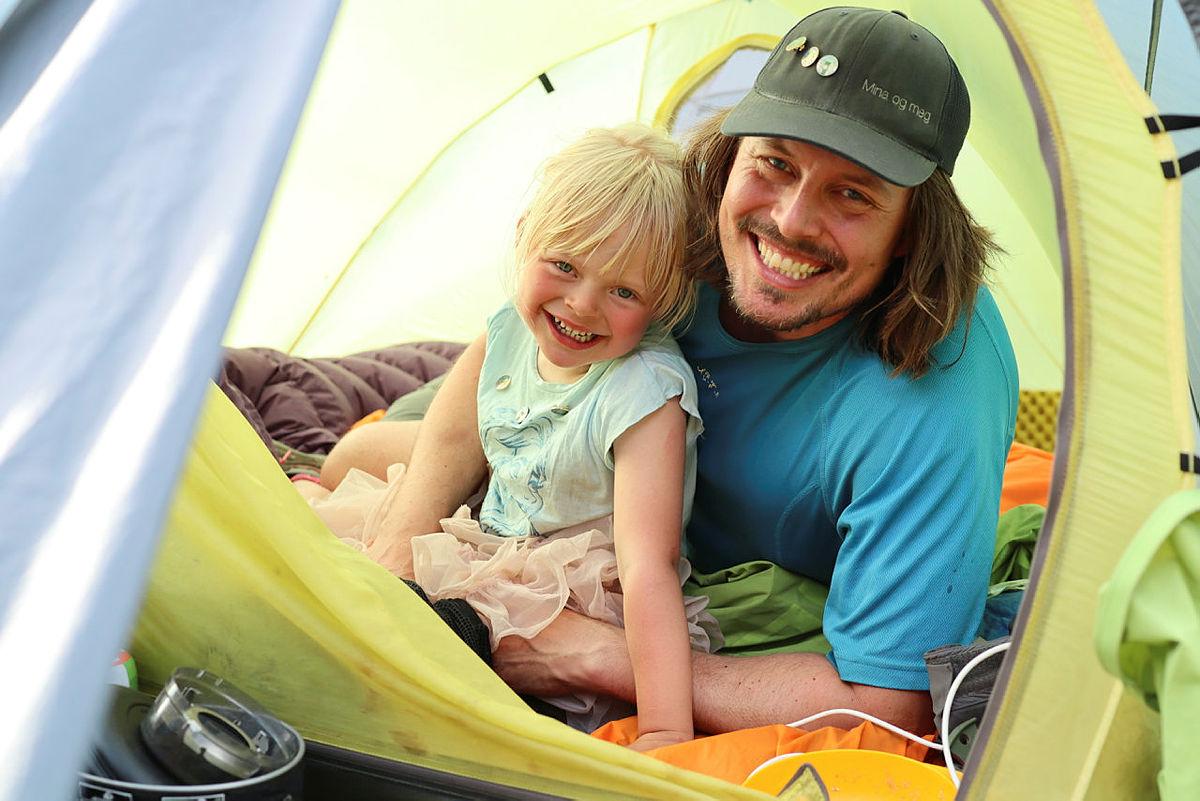 VILLMARKINGER MED PINS: Pappa Alexander Read og datteren Mina ble kåret til Årets villmarking i 2019. Her er de i teltet på langtur rundt Lysefjorden.