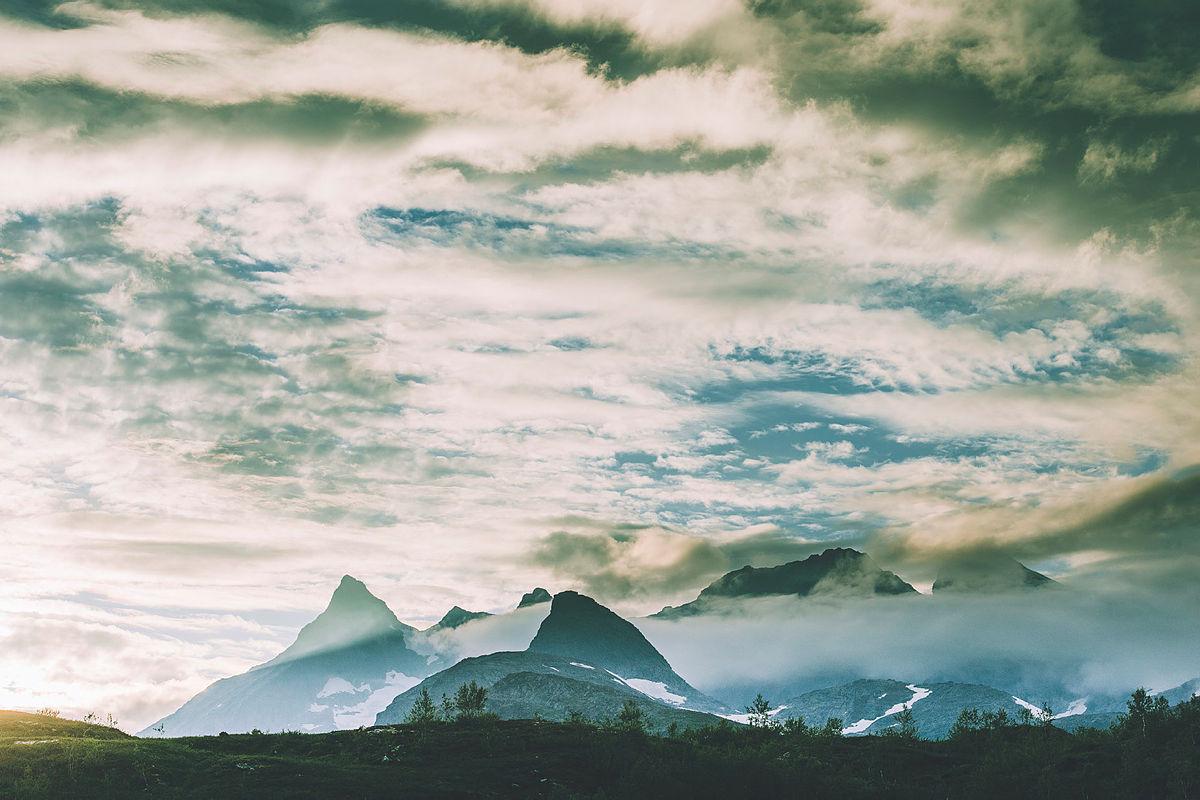 Andre uken av minutt for minutt gikk fem dager gjennom Jotunheimen. Bildet er fra turen fra Skogadalsbøen og ned mot Fleskedalen. Utsikt mot Hurrungane.
