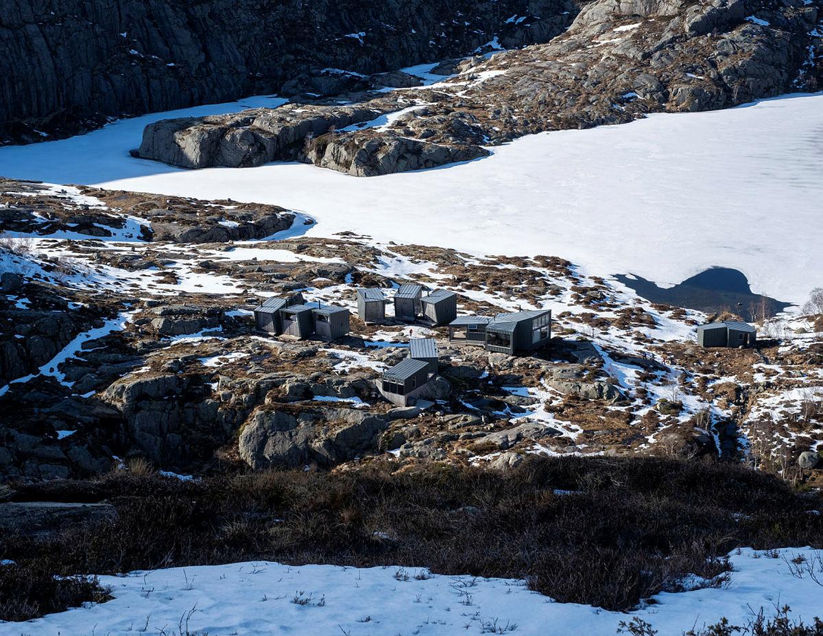 Skåpet. Litt snøflekker igjen rundt hytta, men stien er snøfri.