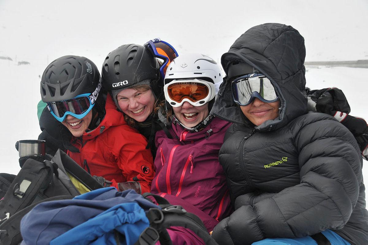Glade jenter på kitekurs på Finse