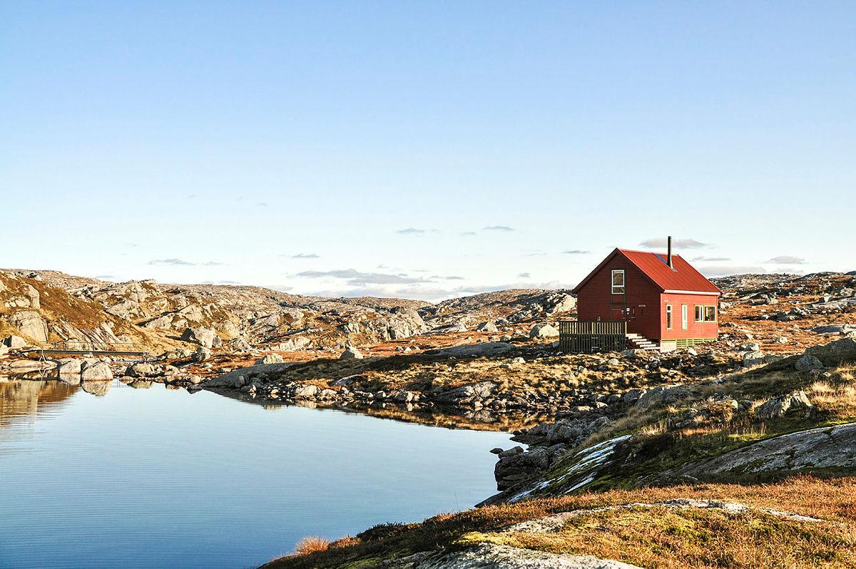 VED VANNET: Sandvatn ligger nydelig til ved Sandvatnet, midt i et åpent og karrig høyfjellsområde.