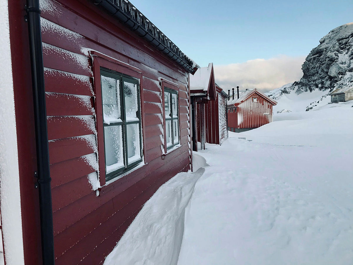 Stranddalen turisthytte i vinterdrakt helgen 5.-7. mars 2021.