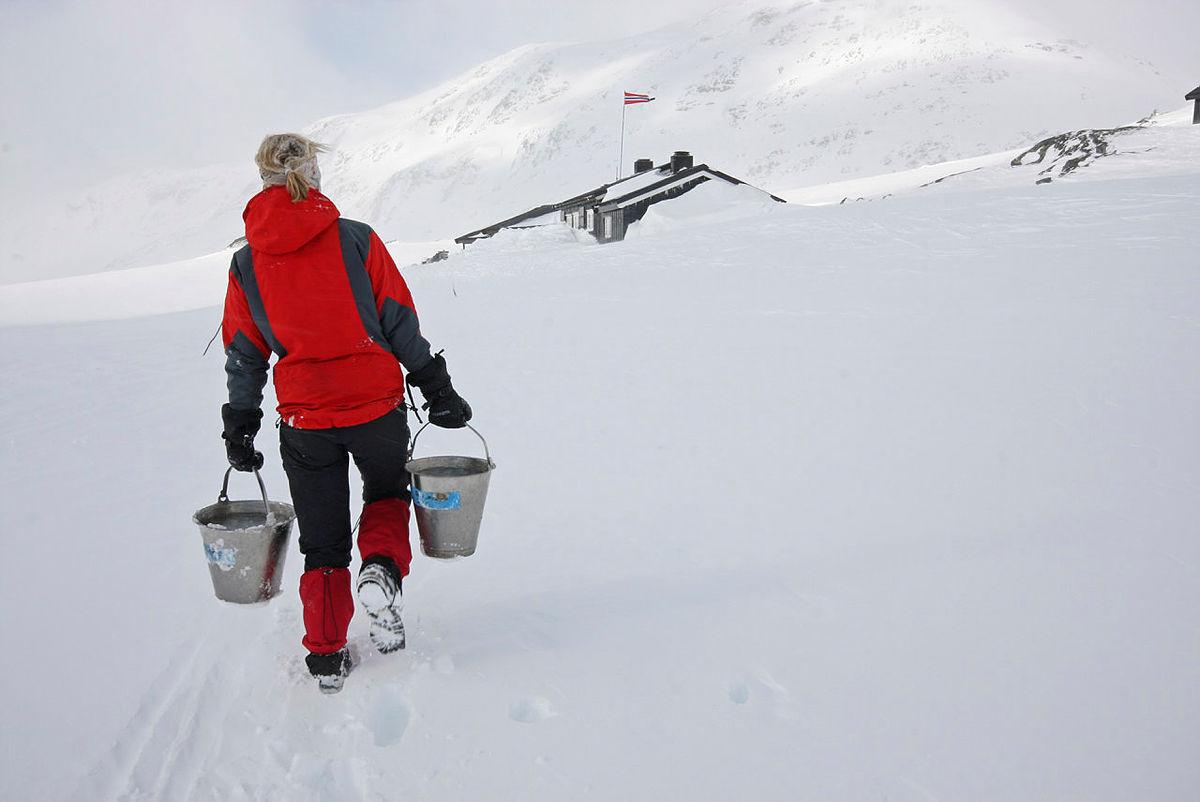 På Olavsbu i Jotunheimen jobber frivillige hytteverter i påsken.