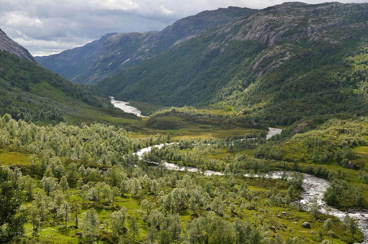 MEKTIG: Utsikten fra Blåfjellenden nedover Fidjadalen kan ta pusten fra deg.