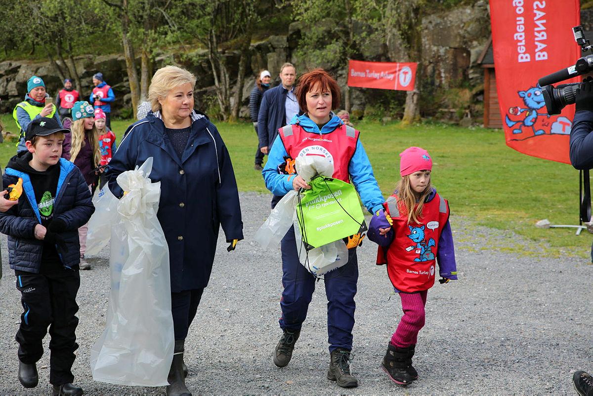 Strandryddedagen 4. mai 2019 i Kollevåg på Askøy med Erna Solberg. Leder i Barnas Turlag, Hild Fjermestad Aase, til høyre.