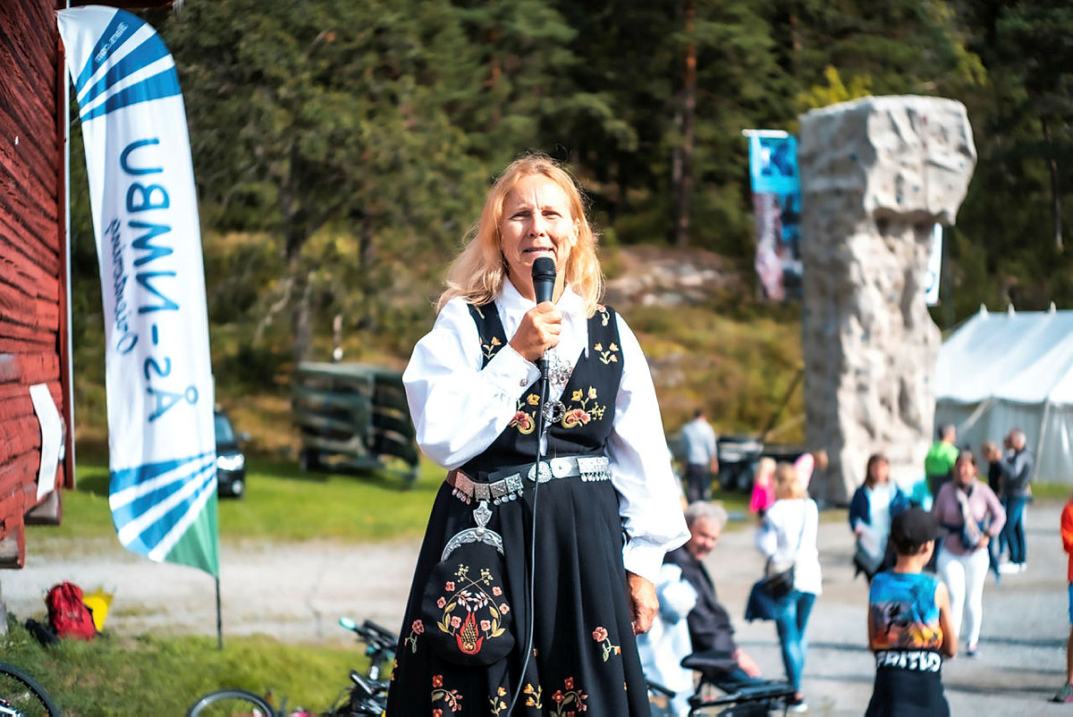 Bestyrer Marit Skjerven holder tale under åpningen av Breivoll Gård.