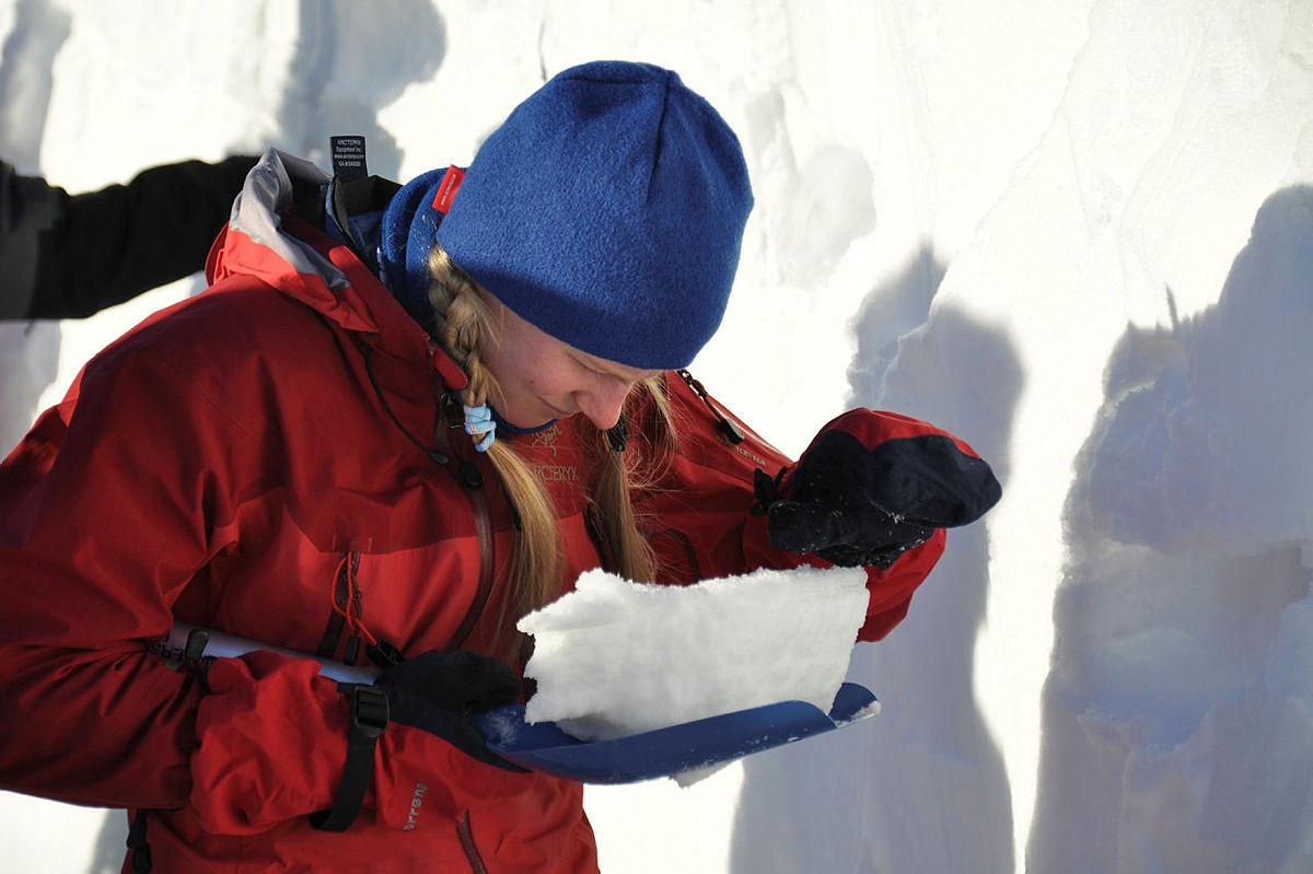 Skredsamling i Hemsedal, februar 09, DNT ung og DNT Fjellsport.Mari Wigestrand studerer snøen...