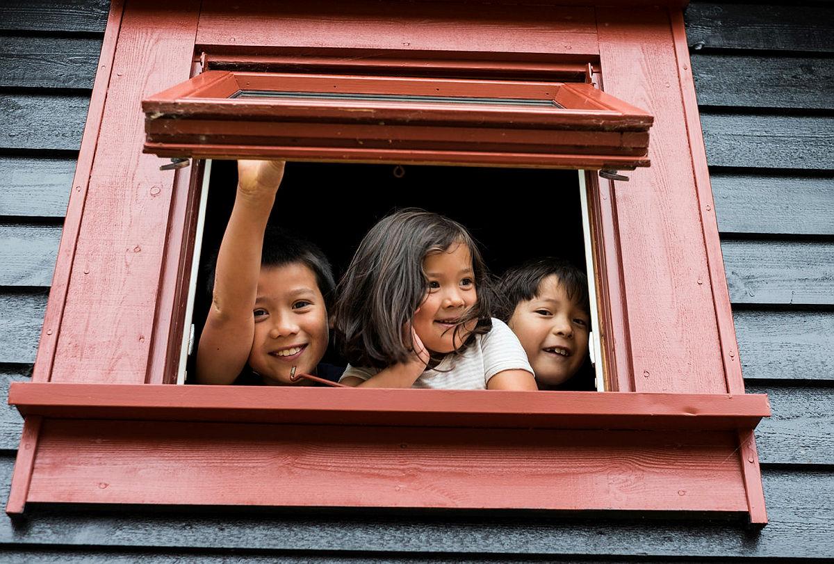 Hyttevakttjenesten kan fint kombineres med en familieferie. Ta gjerne med barna på tur!Her titter tre fornøyde fjes ut av hytta på Grautheller.