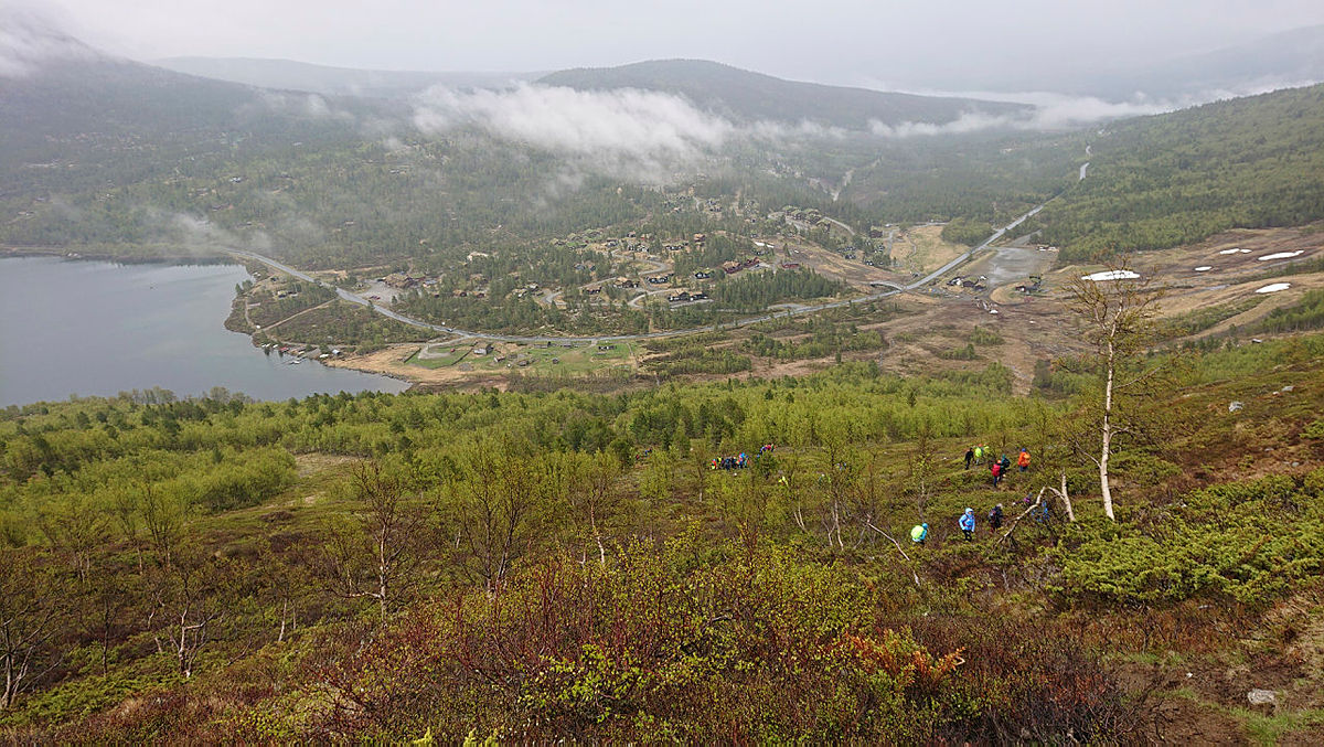 Utsikt over hyttefeltet og Lemonsjøen under skodda.
