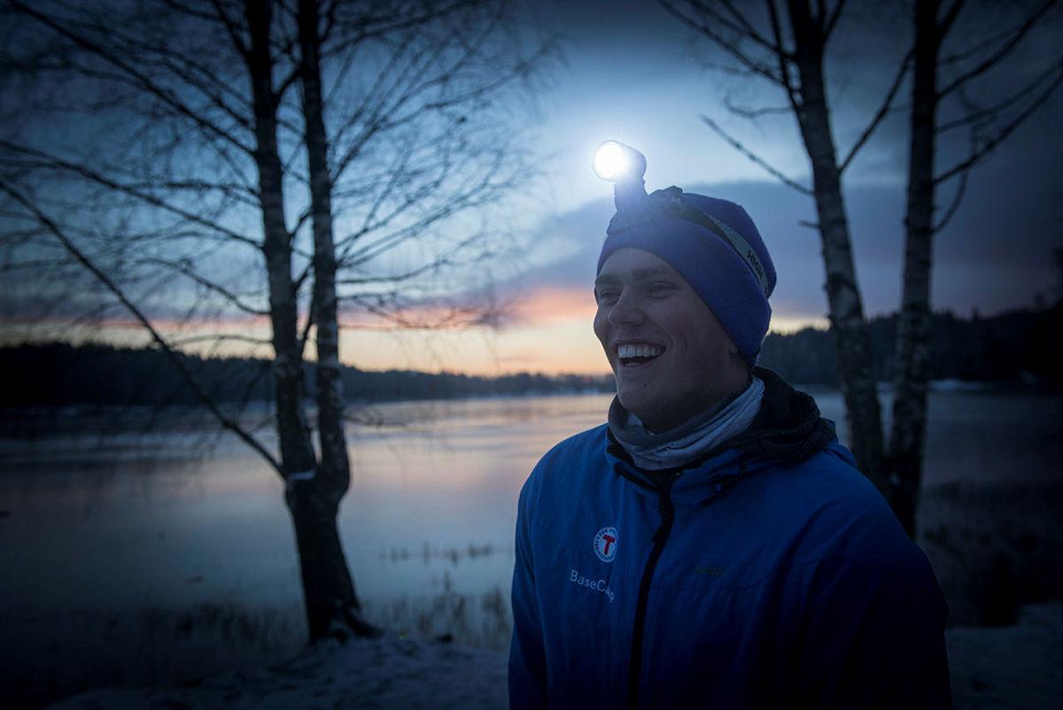 Stig Øystein Schmidt fra DNT Ung tar på seg hodelykta og går en tur i vintermørket.