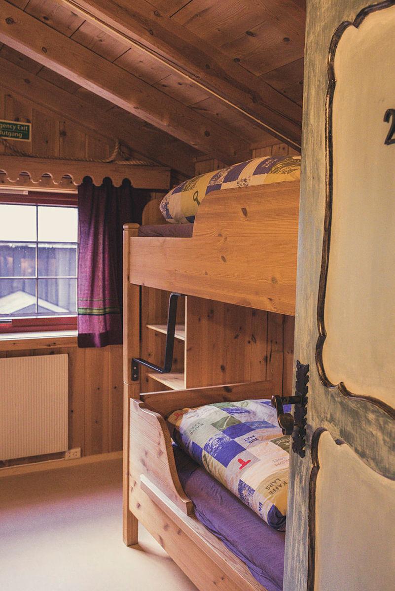 """""""Skjåkhuset"""" består av flere to-sengsrom, toaletter, dusjer, badstue og tørkerom!"""