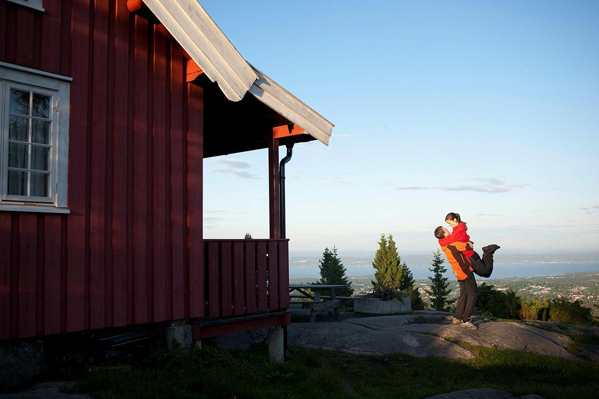VAKKERT: Hovdehytta i Vestmarka er en flott selvbetjent hytte med fantastisk utsikt og 8 sengeplasser.