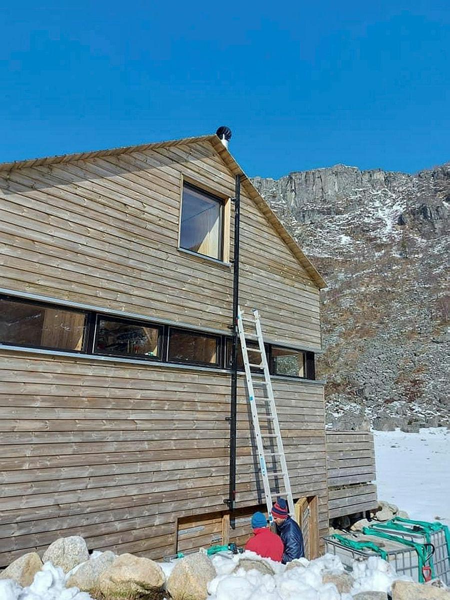 Brannstige monteres på den nyeste hytta.