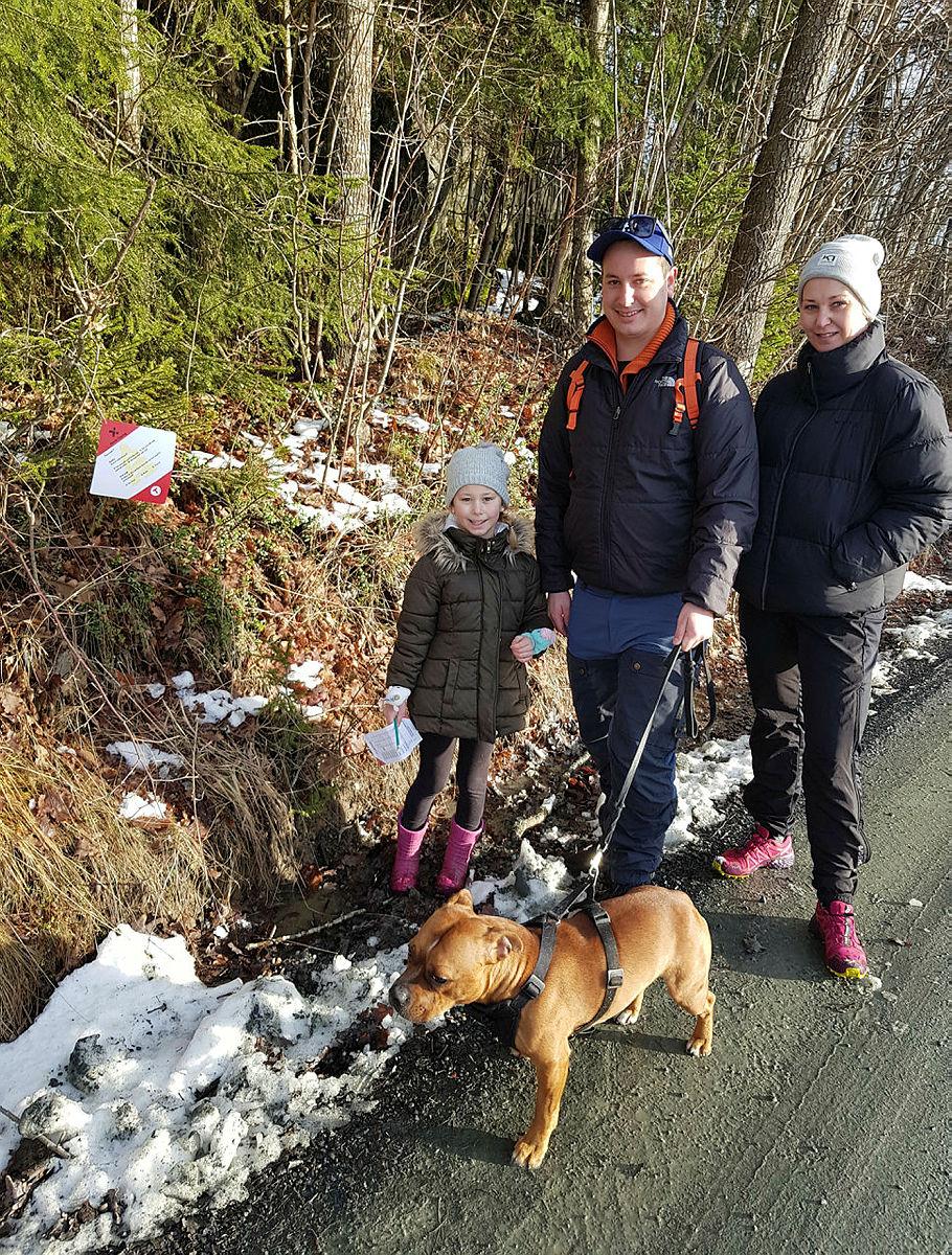 Pernille hadde tatt med seg familien og hunden Bobby, som var de første ut i naturstiløypa.