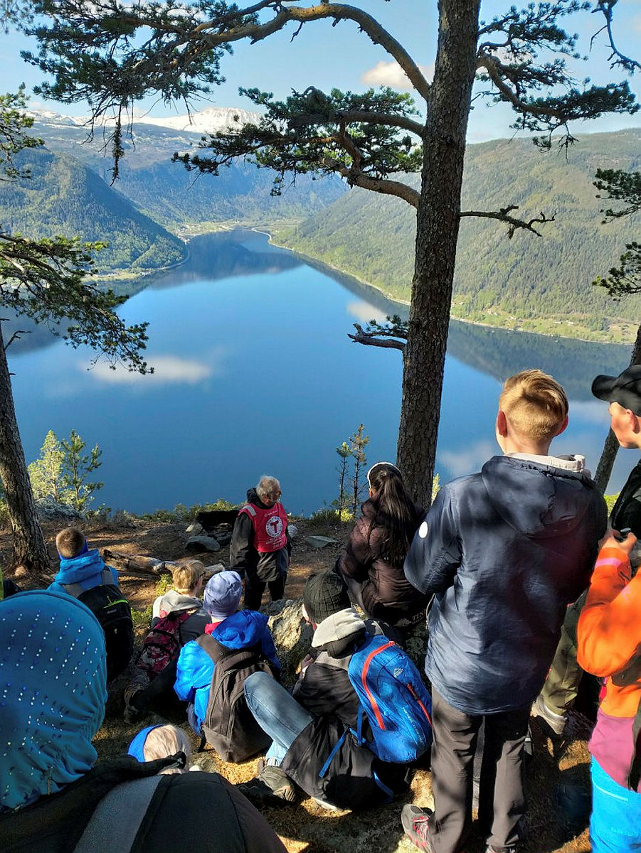 I Tinn og Rjukan besøkte åttendeklassingene Gjuvhovd med fantastisk utsikt mot Gaustatoppen