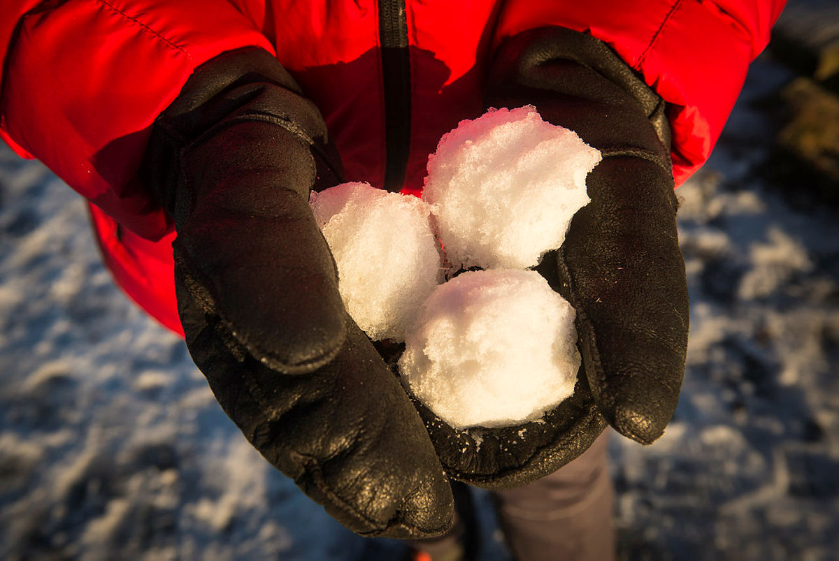 Torgrim Nilsen fra Skiforeningen viser hvordan man enkelt kan lage en runde skiskyting.