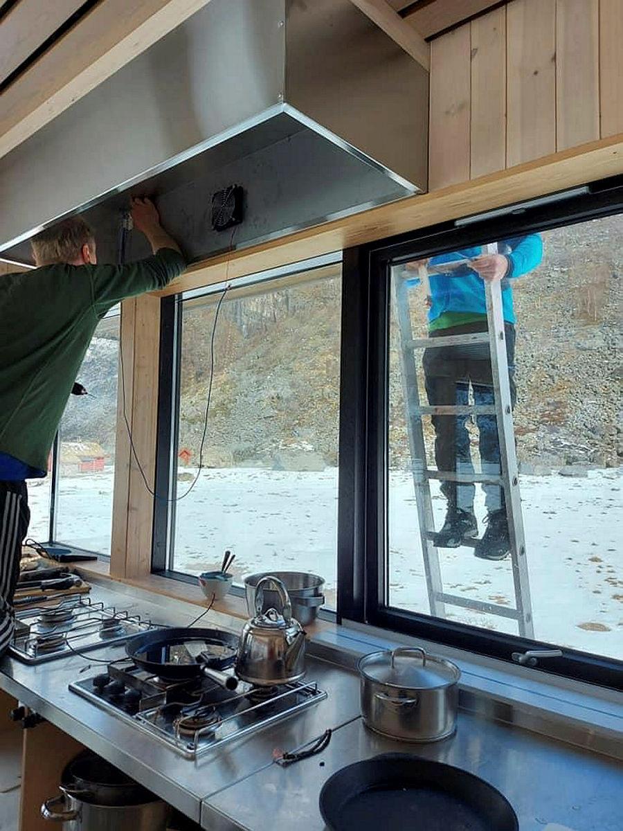 Ny kjøkkenvifte monteres på den nyeste hytta.