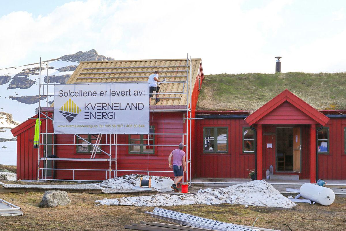 MER MILJØVENNLIGE TIDER:  Kverneland Energi leverte 130 solcellepanel på Stranddalen turisthytte i fjor. Nå sparer Stranddalen 3000 liter diesel i året og stillheten uten aggregatene er til å ta og føle på.