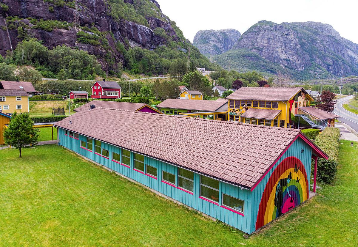 Lysefjorden turisthytte er nyoppusset og åpen frem til oktober. Vi lover gjestene en fargerik opplevelse!