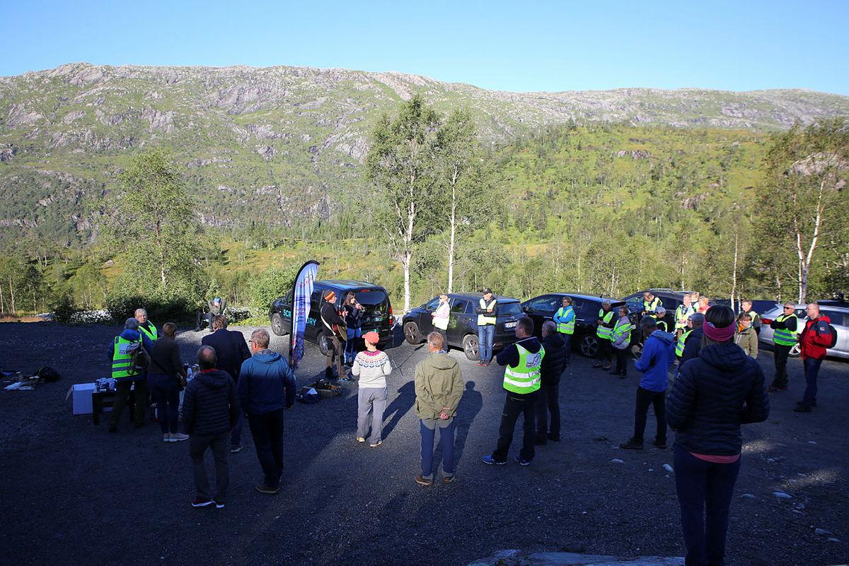 Stort oppmøte fra Folk for Fjella før vindkraftmøte i Dyrkolbotn, 26. august 2020.