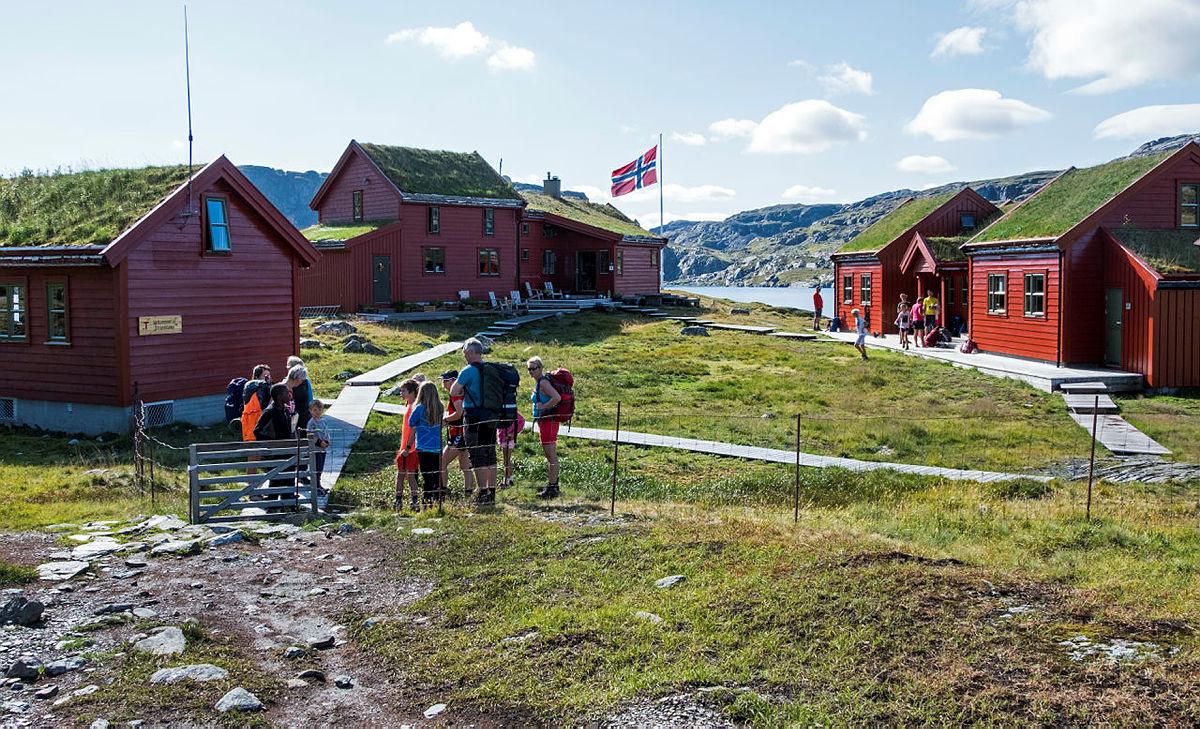 Besøkende ankommer Stranddalshytta.