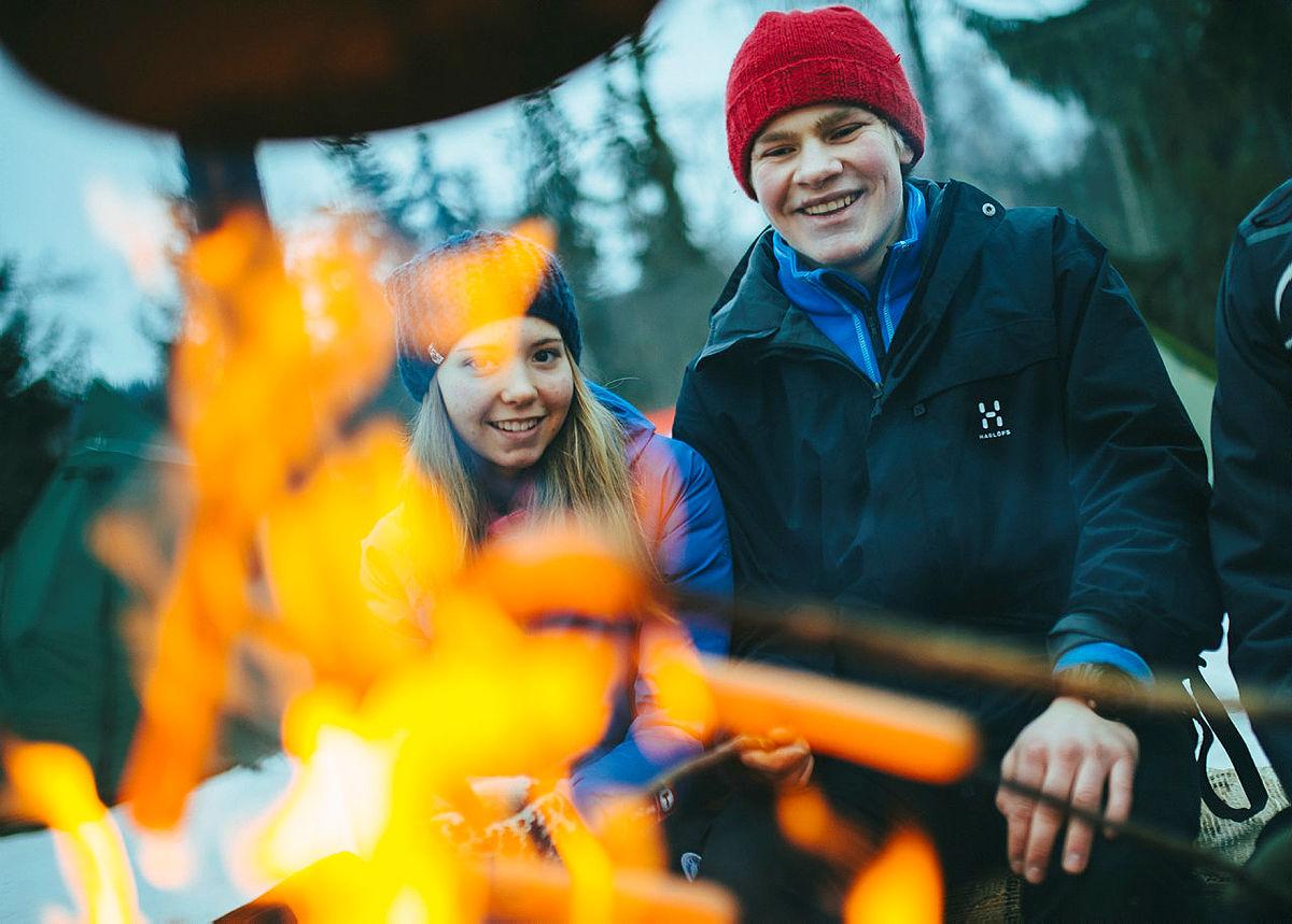 Ved Hovinkoia kan dere varme dere på bålet, grille marshmallows og ta en titt inn i hytta.