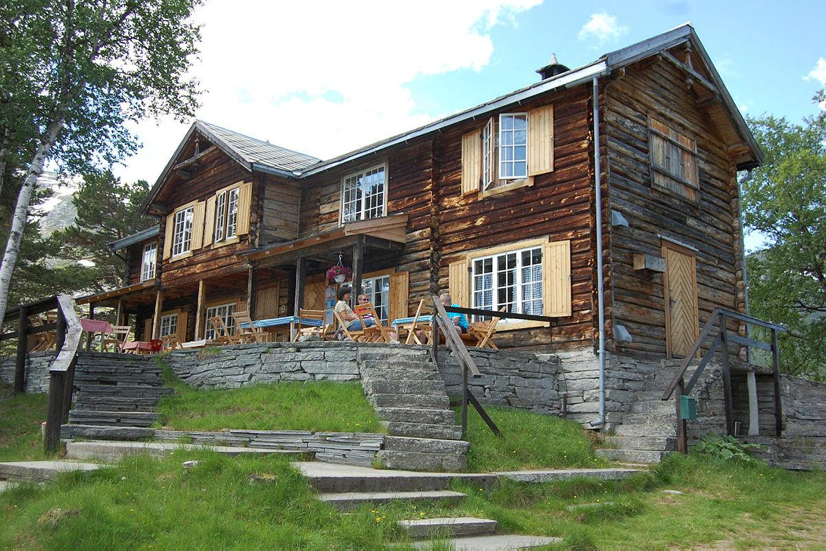 Historiske Vangshaugen ligger ved Storvatnet i Grødalen, rett ved foten av Sunndalsfjellenes høye topper.