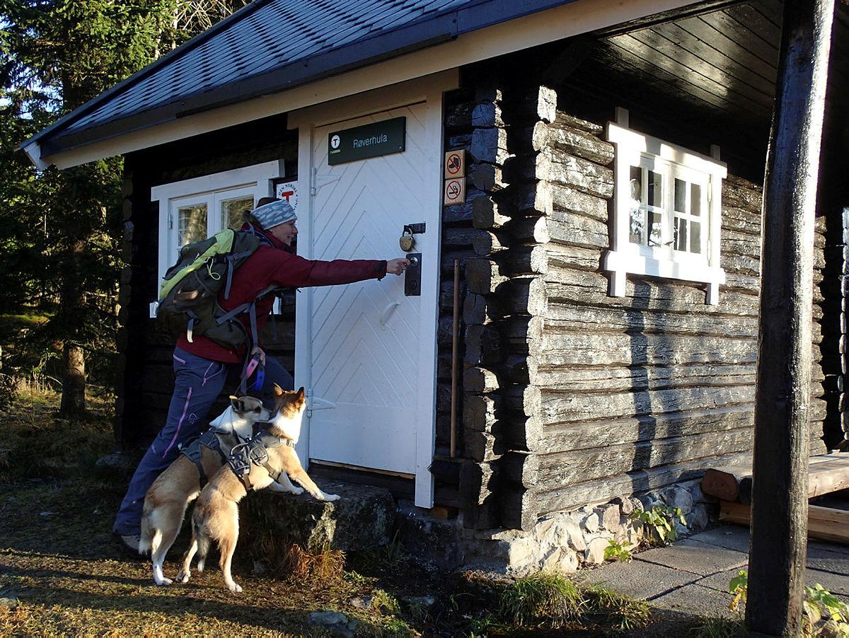 Røverhula er en koselig, liten tømmerkoia med plass til to og hunden.