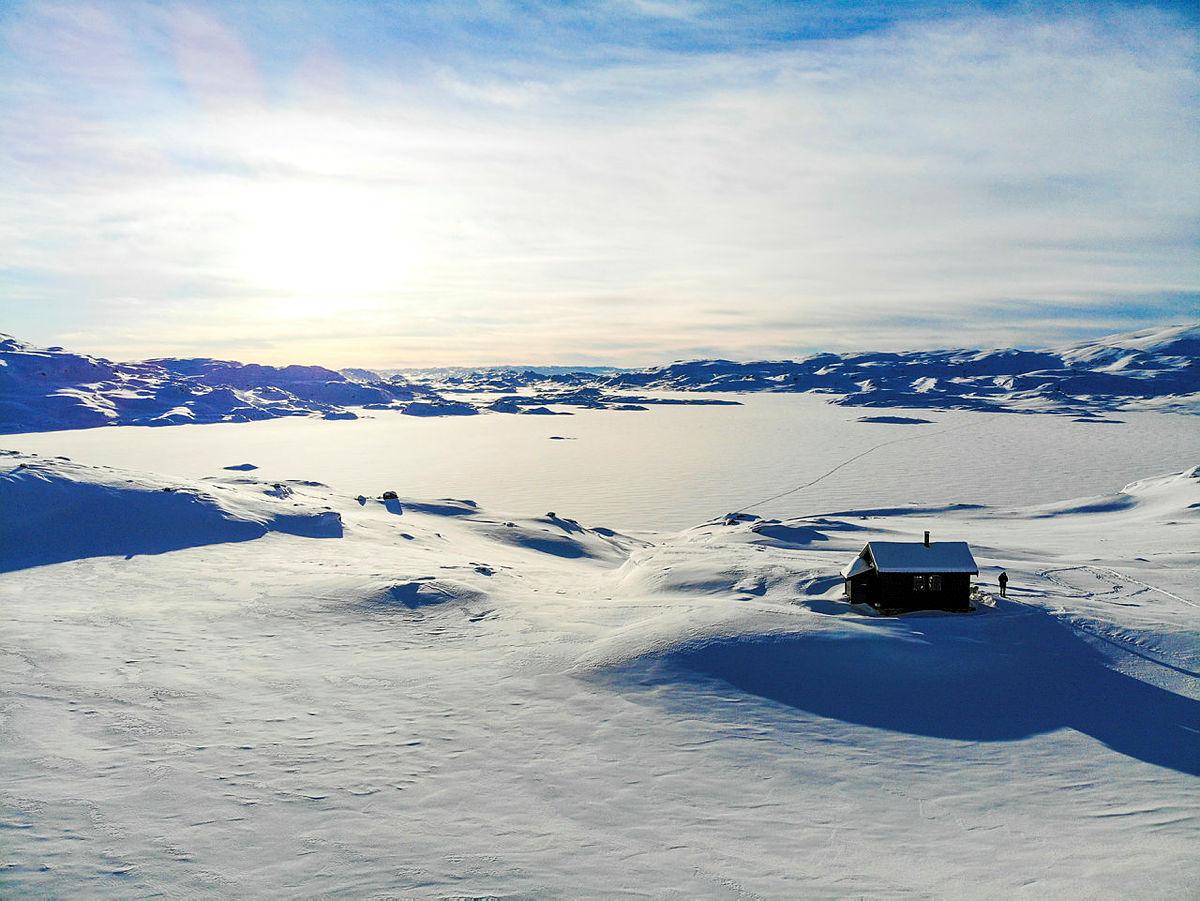 Holmavatnhytta i Ryfylkeheiene. Vinter, snø og sol.