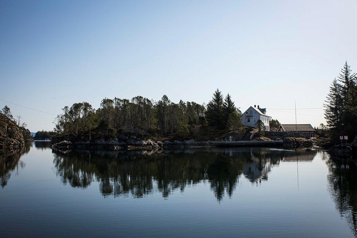 Hytten ligger på øyen Nordra Kjerringa og du kan se den helt til høyre i bildet.