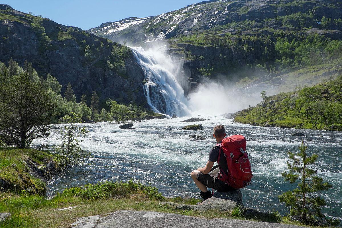 Tur fra Kinsarvik til Stavali på Hardangervidda vest. En nydelig tur som går langs flere store fossefall i Husedalen.
