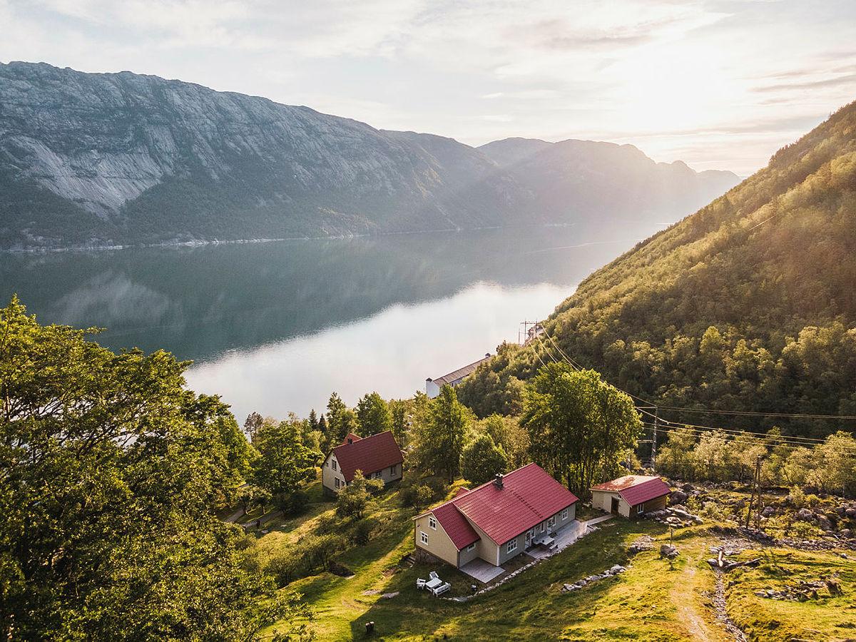 Flørli turiststasjon ligger idyllisk til i den vesle bygda Flørli i Lysefjorden.