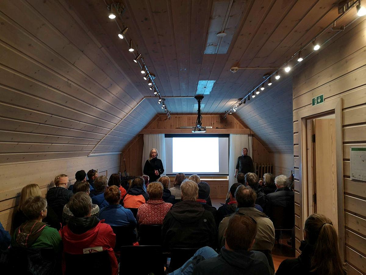 Her holder Gro Knutsen og Jeanne Bøe sitt inspirerende Norge på langs-foredrag.