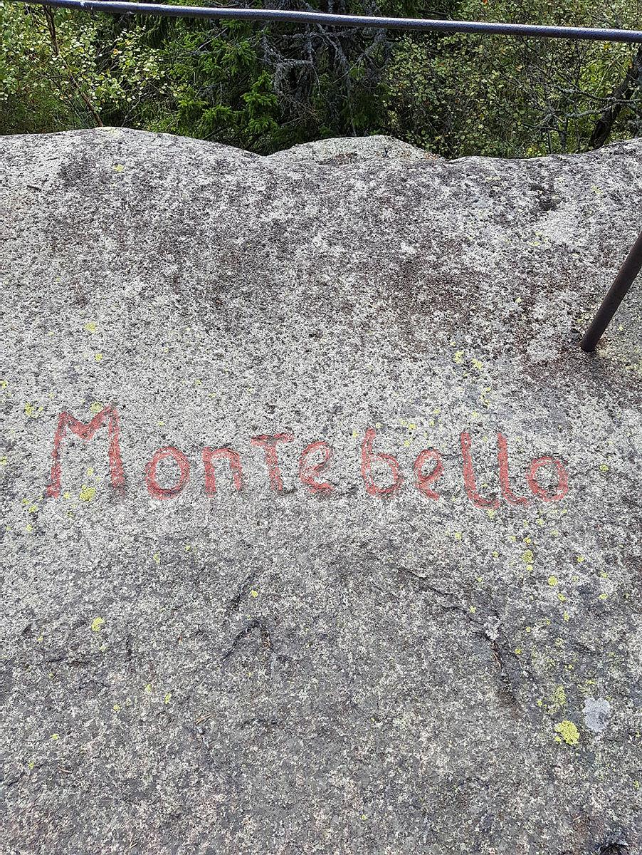 """Stein med innskriften """"Montebello"""" i Røysjømarka sør for Drammen."""