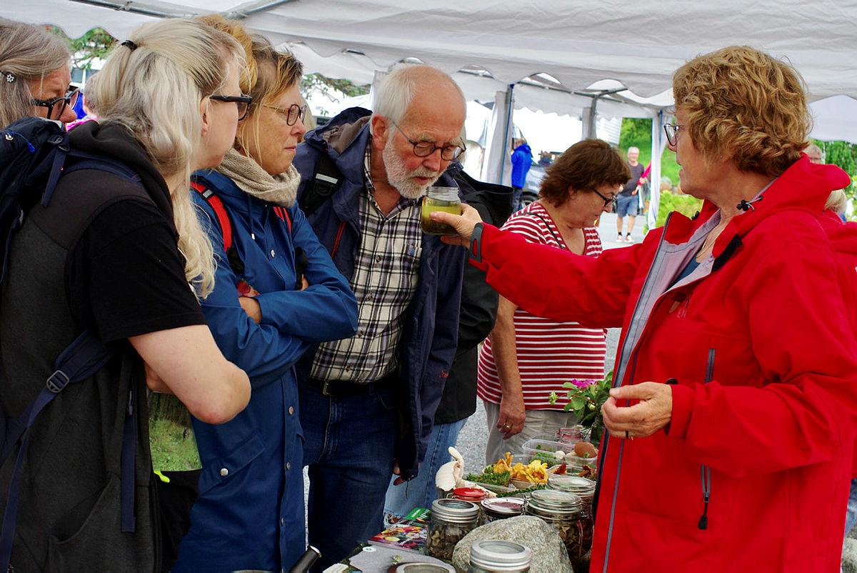 Ellen Bøe Tjørhom i nyttevekstforeningen deler ut lukt- og smaksopplevelser.