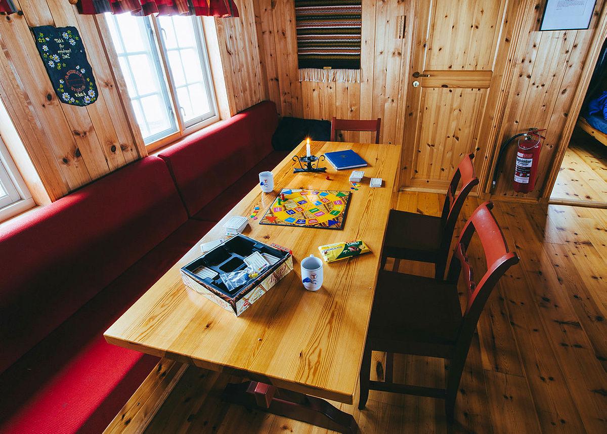 Spillrunde på Tomashelleren. Bilder fra reportasjetur for Vangsmjøse (Sørre Hemsing) til Fondsbu Reportasjetur fra Vangsmjøse (Sørre Hemsing) til Fondsbu i Jotunheimen og Vang i Oppland.  Sørre Hemsing - Tomashelleren - Yksendalsbu - Fondsbu