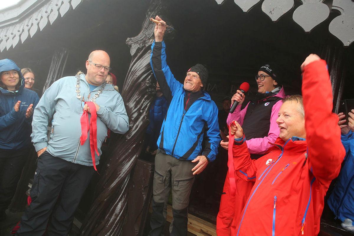 Lykke til med nye Breidablik! sa Bjarne Huse da han kuttet den røde snoren under åpningen søndag 30. juni.