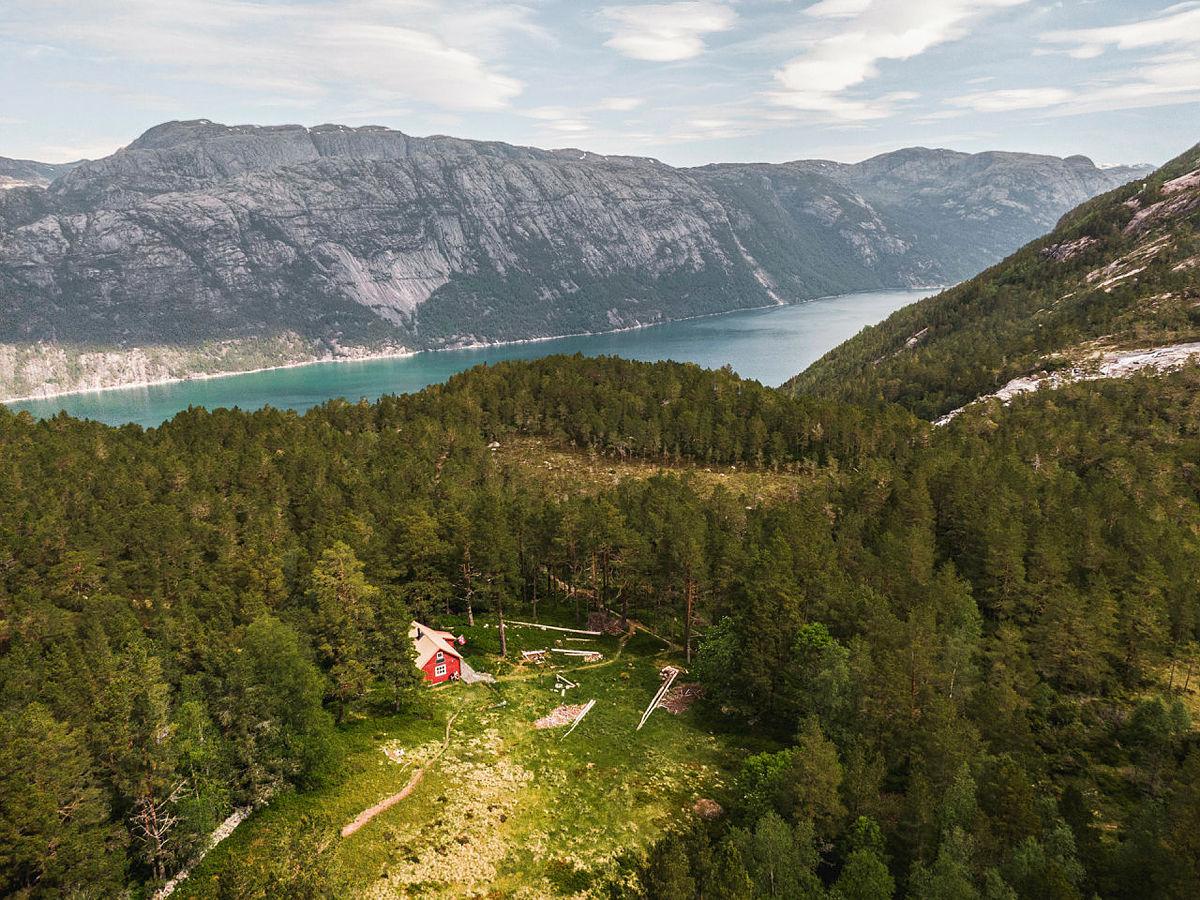Flørlistølen ligger et stykke lenger oppe i skogholtet ovenfor Flørli. Denne koselige hytta leier du helt for deg selv.