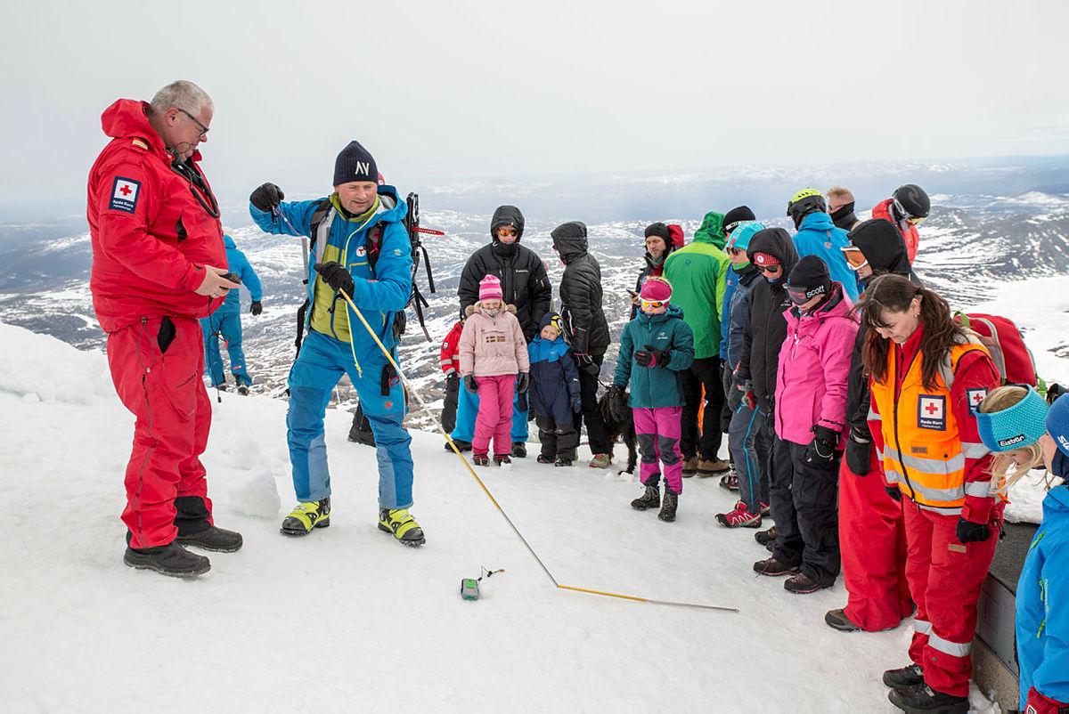 Jørgen Moland lærer besøkende på Fjellvettdagen 2017 på Gaustatoppen om Fjellvett og skred.