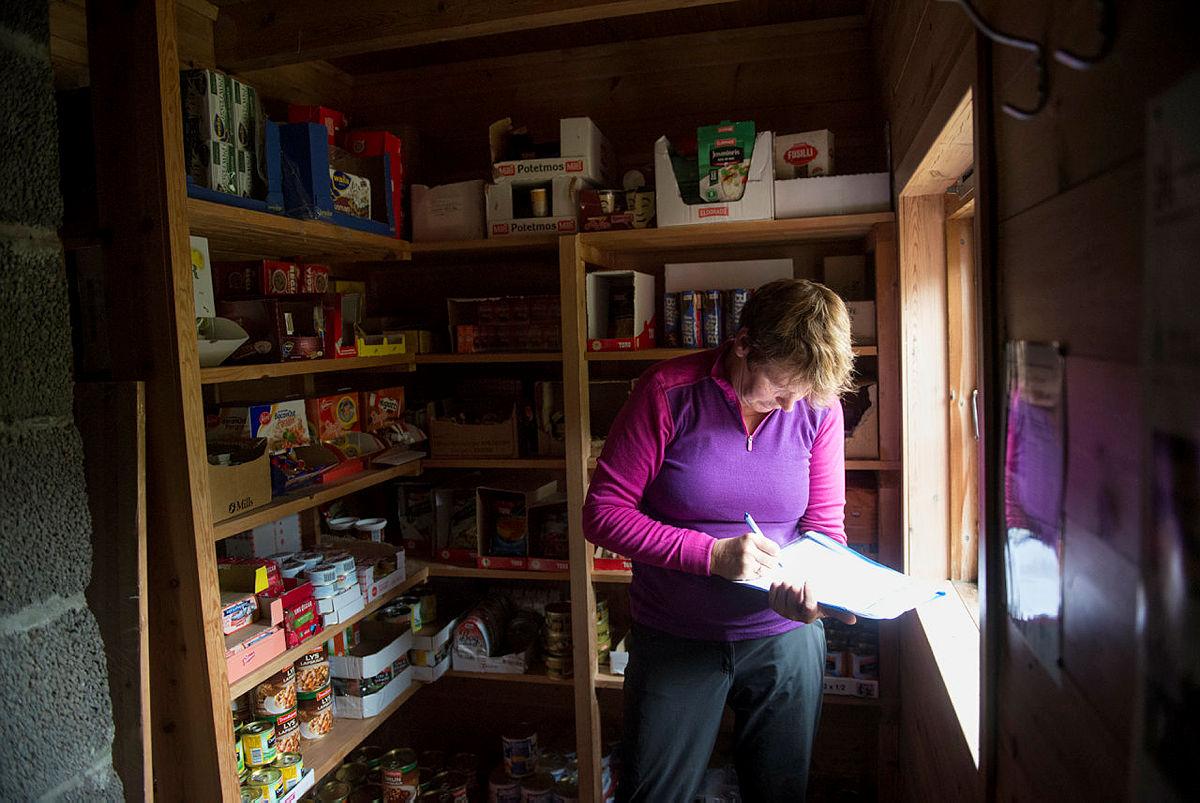 Holde orden i proviantlageret er en av hyttevaktoppgavene.
