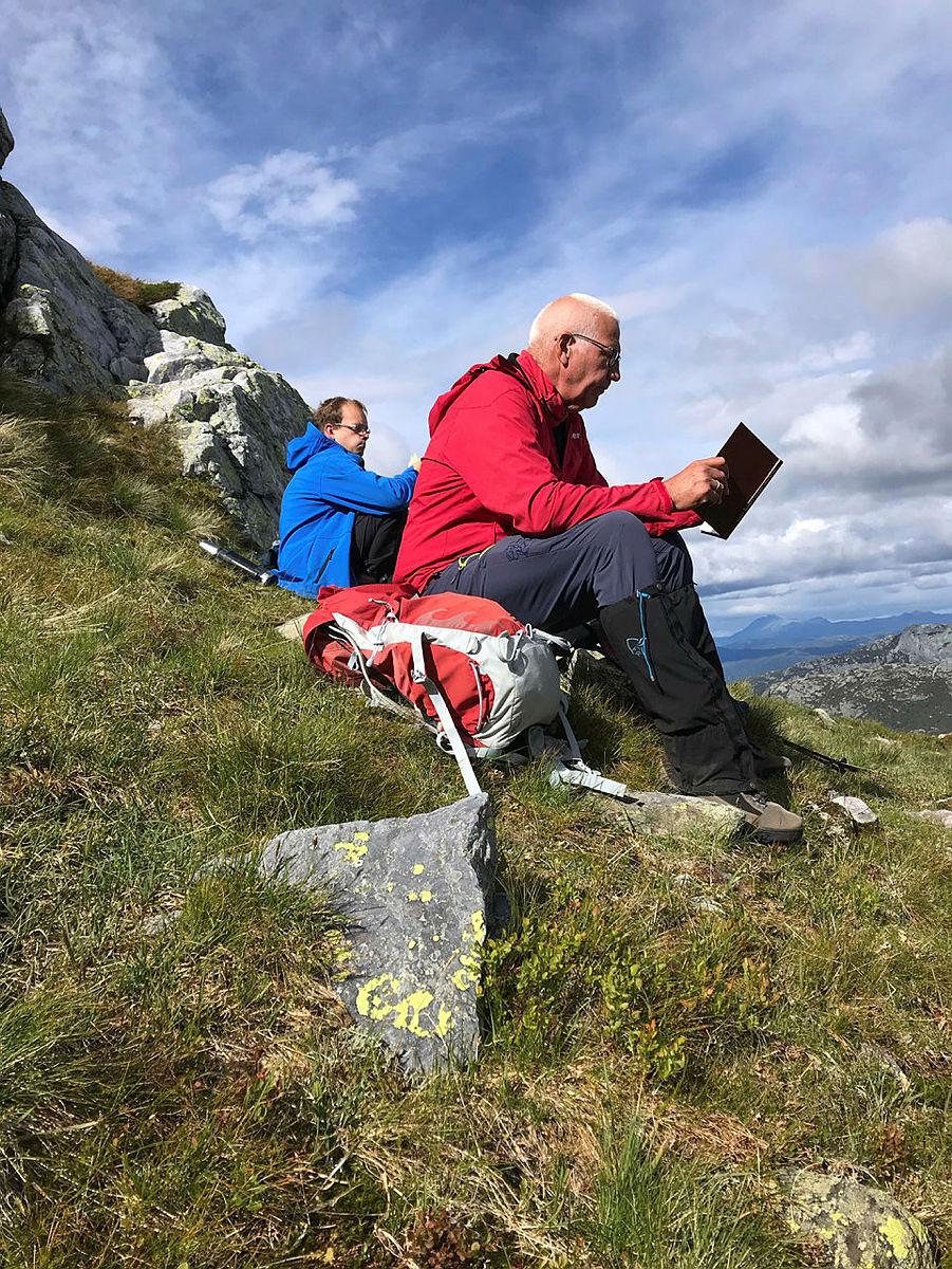 Ottar Kaasa leser litt fra boka Lifjell i farne tider.