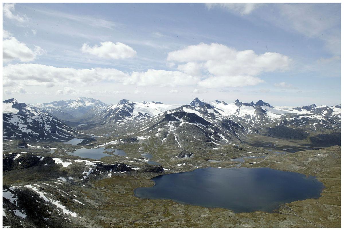 Sett fra Kyrkja mot vest. Leirvassbu og Leirvatnet. Smørstabbrean og Storebjørn i bakgrunnen, og Hurrungane til venstre.