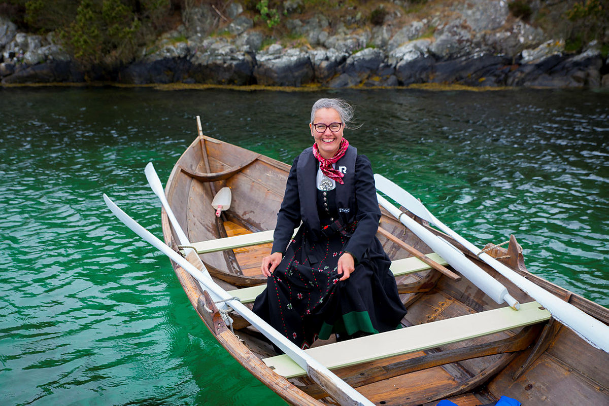 Elisabeth Skage er en habil roer og trives i Oselveren som Hans André Sævreøy hadde gjort klart for anledningen.
