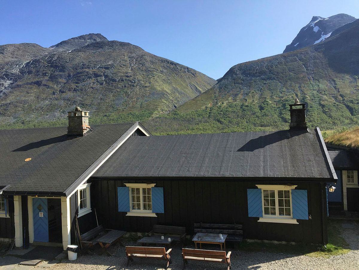 Bli med på turen opp til Svartdalspiggen, som du har utsikt til fra frokostbordet påGjendebu.