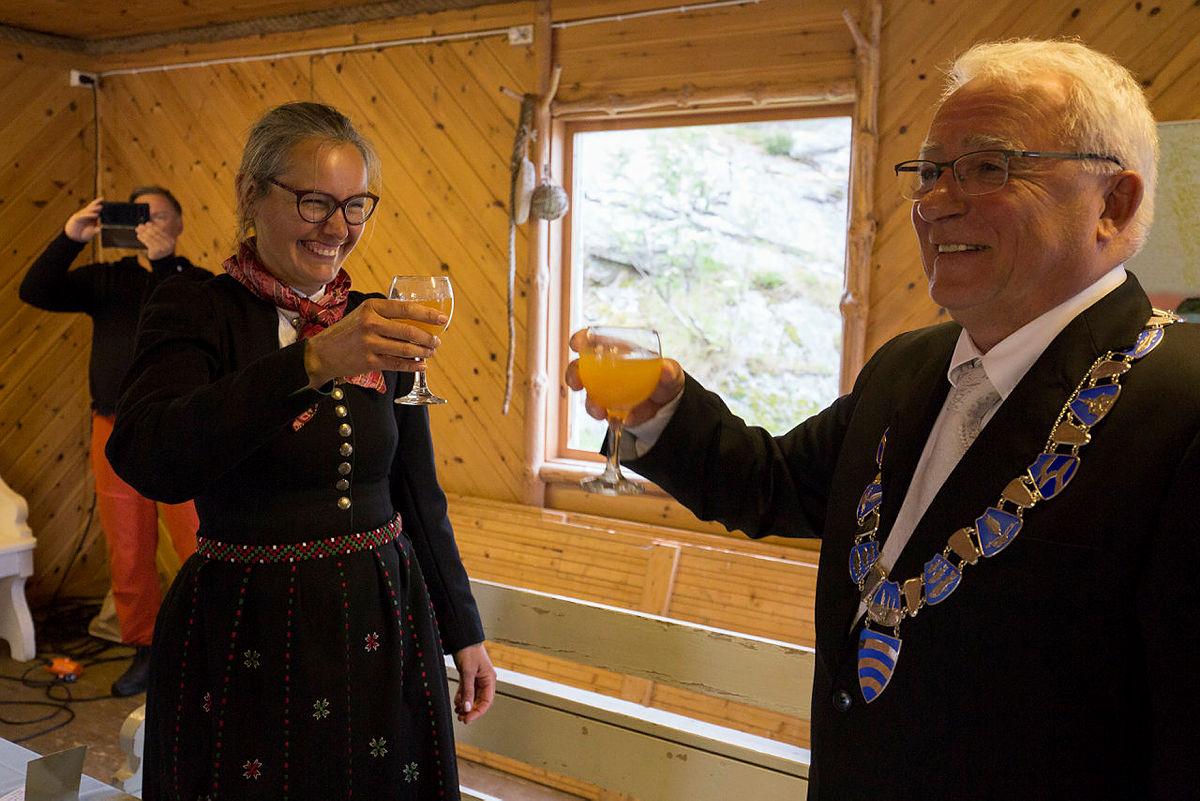 Det ble skålet i Balholm-juice etter signeringen.
