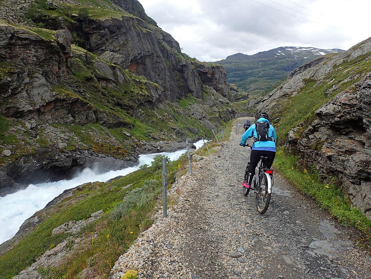 Nedover langs Kleivagjelet på sykkeltur fra Finse langs Rallarvegen.